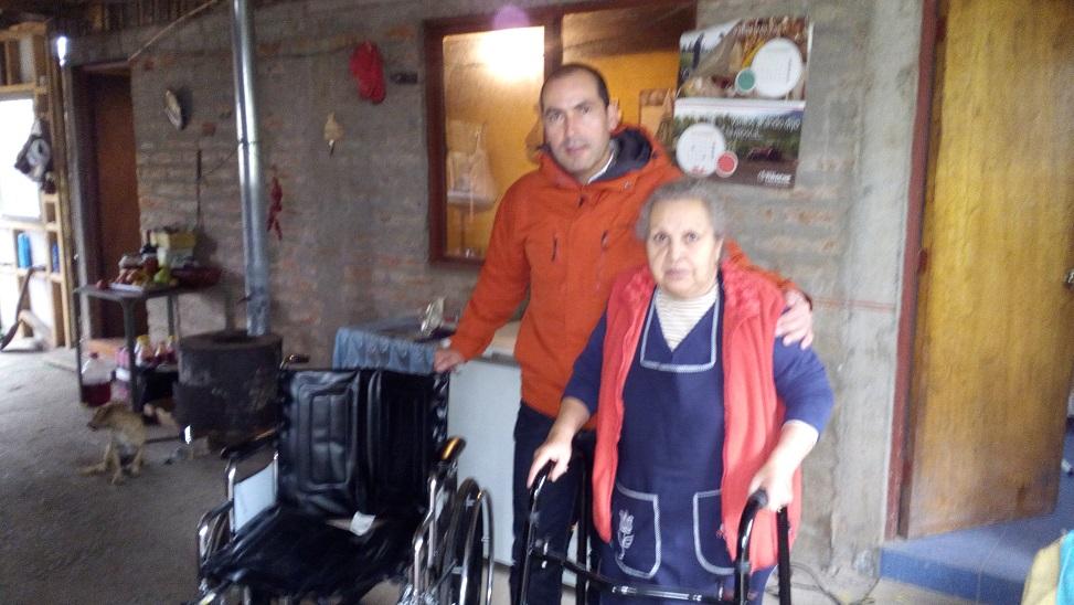 Vecina de Barandica recibe silla de ruedas y burrito para poder caminar